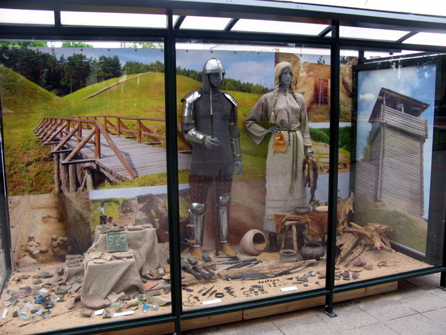 """Autobusų stotelėje - Anykščių krašto archeologinių kasinėjimų """"derlius"""""""