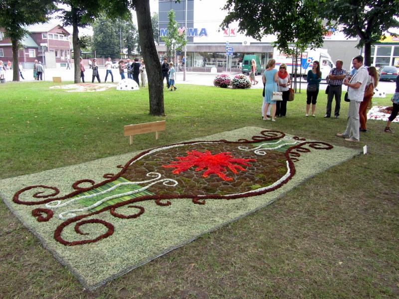 """Labdaros ir paramos fondo """"Kuniškių bendruomenės centro"""" floristinis kūrinys."""