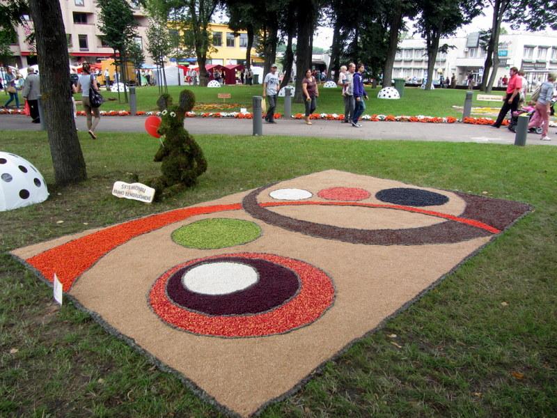 Skiemonių kaimo bendruomenės kompozicija: kilimas ir jį saugantis floristinis peliukas.