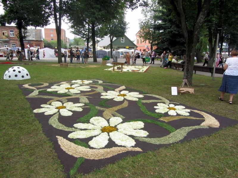 """Didžiausią kilimą sukūrusi Troškūnų bendruomenė pelnė ir specialų Sudeikių salono """"Gėlių lanka"""" prizą."""