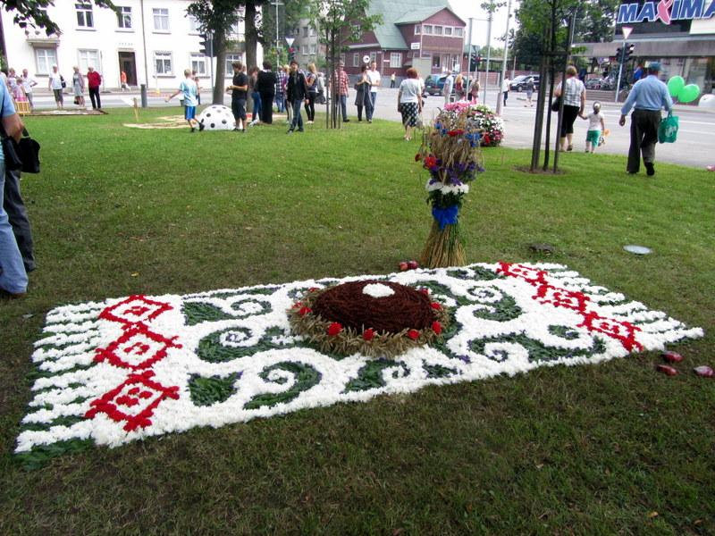"""Žemės ūkio ir ekoturizmo sodybos """"Luka"""" (Polockas, Baltarusija) komanda patiesė baltarusiškų motyvų kilimėlį."""
