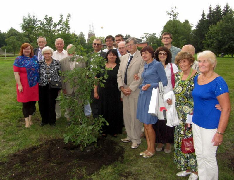 Grupė Pasaulio anykštėnų VII suvažiavimo dalyvių, pasodinusių atminimo ąžuoliuką miesto parke. Centre – prof. Antanas Tyla.