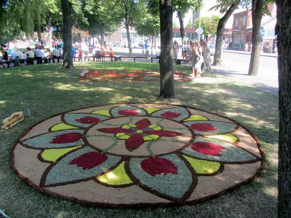 Skiemonių bendruomenės kūrėjai miestui padovanojo antrosios vietos vertą kilimą.