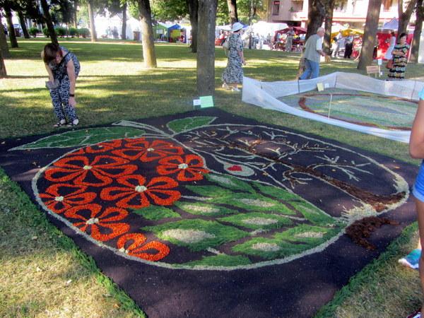 """Troškūnų bendruomenė tą patį piešinį savo kilimui pavadino """"Gyvybės ratu""""."""