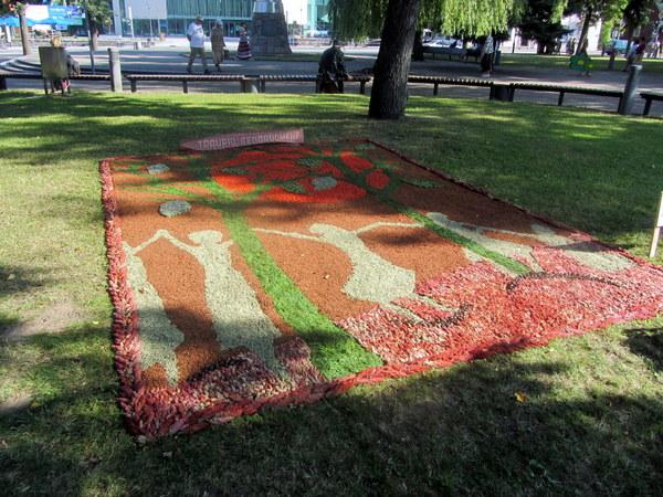 Traupio bendruomenės kilimas priminė į mišką pokarį išėjusius ir negrįžusius artimuosius.