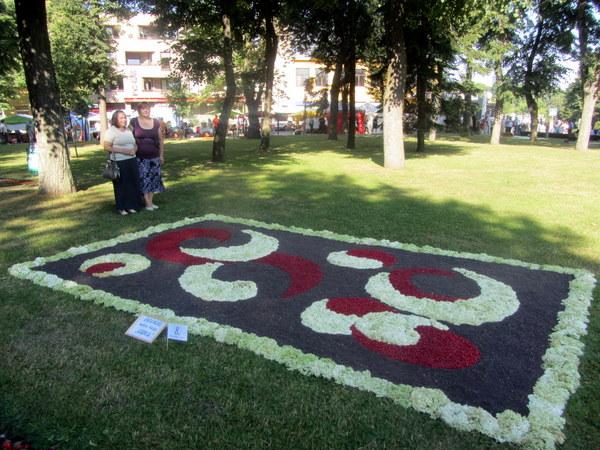 Moteriškai švelnus ir subtilus Raguvėlės kaimo bendruomenės kilimas.