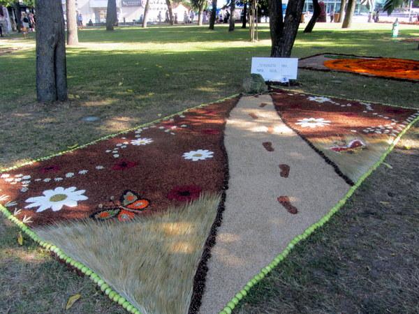 Mamos nutiestas kelias Mačionių kaimo bendruomenės kompozicijoje.