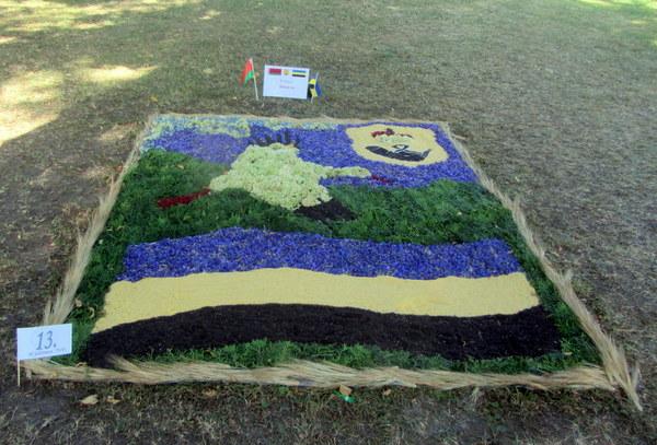 Tarptautinis konkurso akcentas – baltarusių iš Klecko miesto sukurtas nacionalinėmis spalvomis ir simbuliais švytintis kilimas.