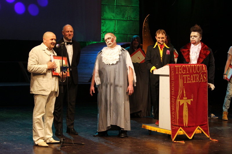 Apdovanojamas aktorius ir režiserius J. Buziliauskas (kairėje). A. Falkausko nuotrauka.