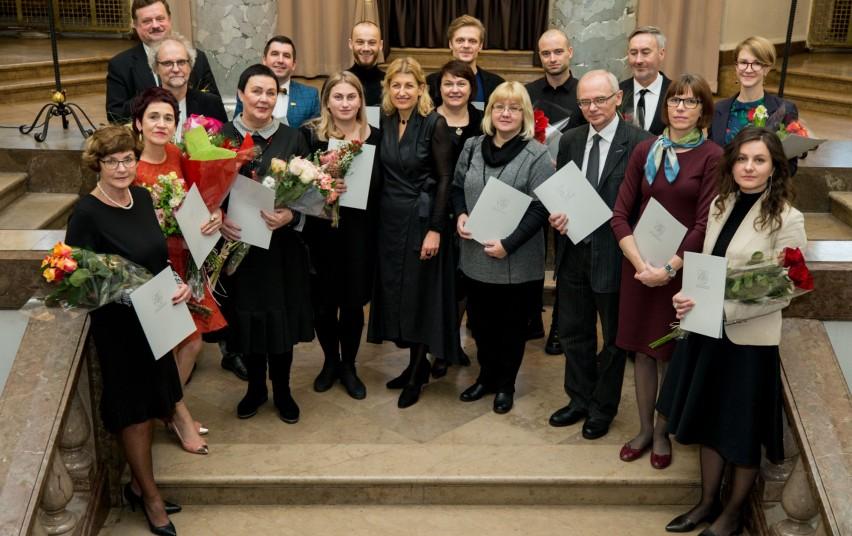 Regina Stumburienė (pirmojoje eilėje trečia iš kairės) tarp apdovanotųjų. Kultūros ministerijos nuotrauka.