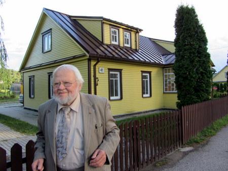 Prof. A. Avižienis ir jo vaikystės namai Anykščiuose.