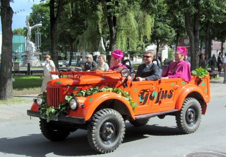 """Dvasininkų kelionė per Anykščius - """"Gojaus"""" automobiliu."""