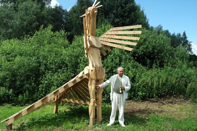 Šilelio pamiškėje svečius  sutinka Ž. P. Smalsko sukonstruota medinė gervė.