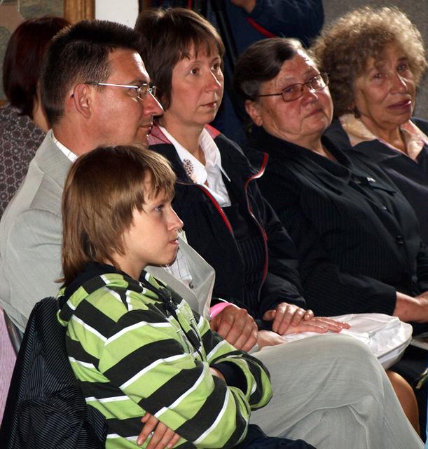 Petraškų šeima: sūnus Sigitas su žmona ir sūnumi bei mama Genovaite Petraškiene, dešinėje - tautodailininkė Veronika Limbienė.