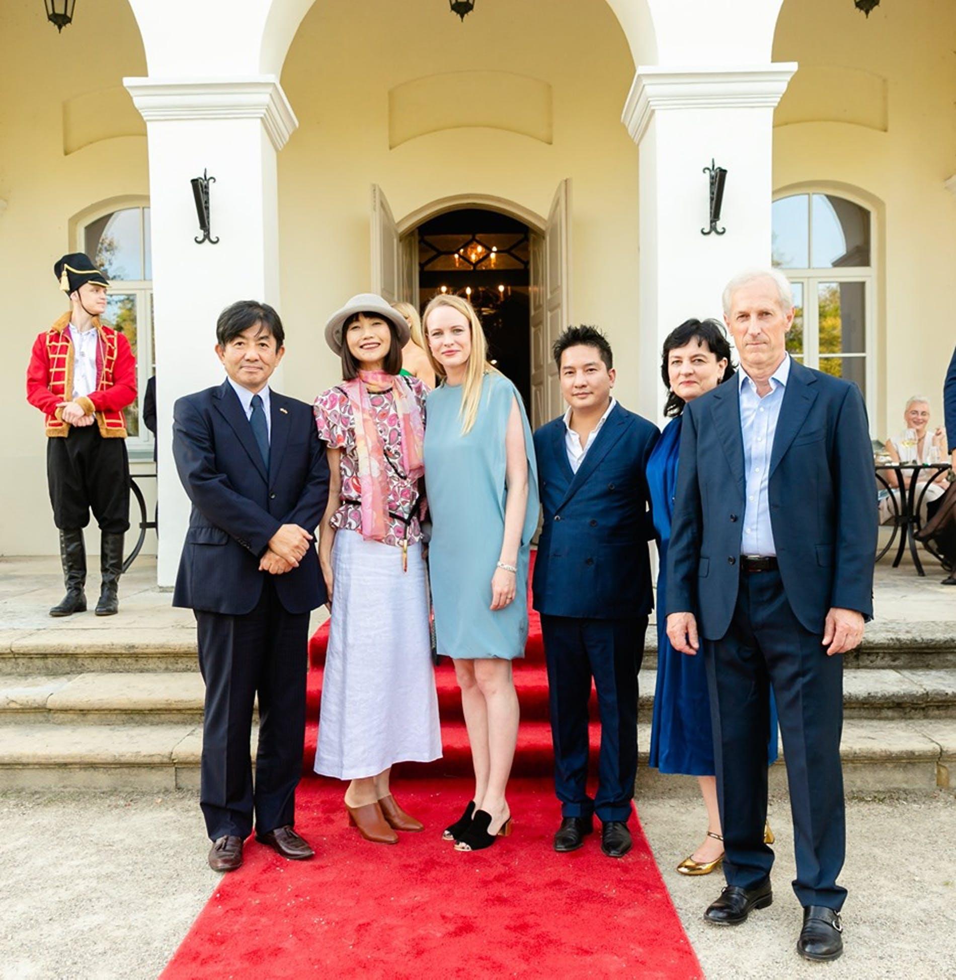 Dvaro šeimininkai su Japonijos ambasdoriumi.