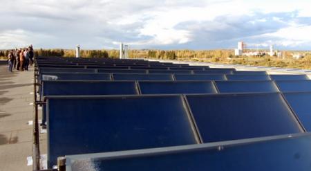 Ant baseino stogo sumontuota saulės kolektorių sistema.