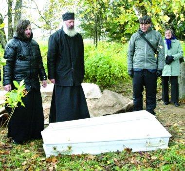 Zosimos palaikai, skambant tėvynainių giesmėms ir maldoms, buvo sudėti į baltą karstą. A. Švelnos nuotrauka (www.panskliaustas.lt).