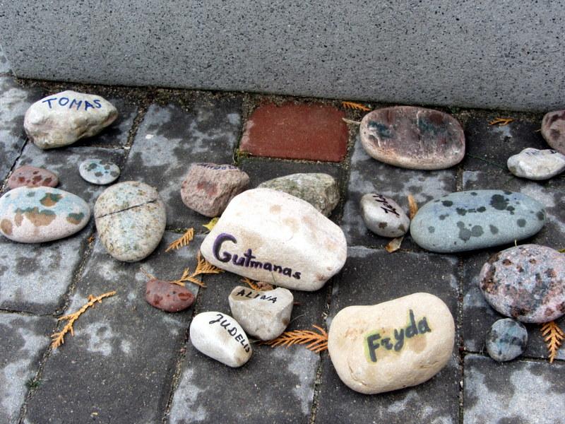 Akmenėliai su vardais prie Rudolfo Baraniko suolelio.