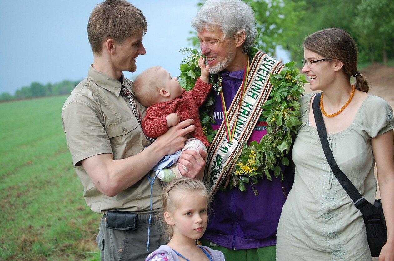 Vladas Vitkauskas su anūku Jonu, jo tėveliais Dalia, Eimantu ir teta Milda. 2013 m. gegužė. E. Dambrausko nuotrauka.