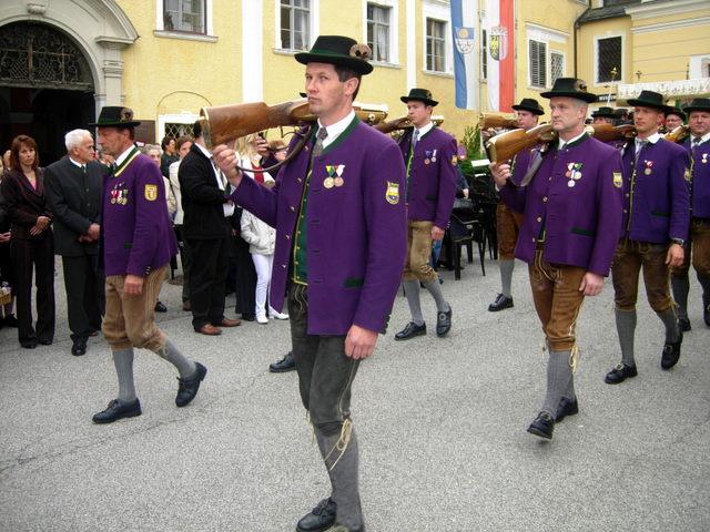 Procesijoje Mondsee žygiuoja Austrijos šauliai