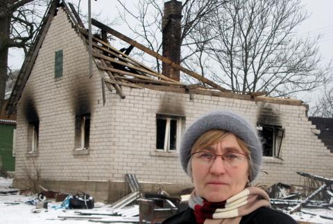 Birutė Banienė ir jos kaimynystėje praėjusią žiemą sudegęs namas