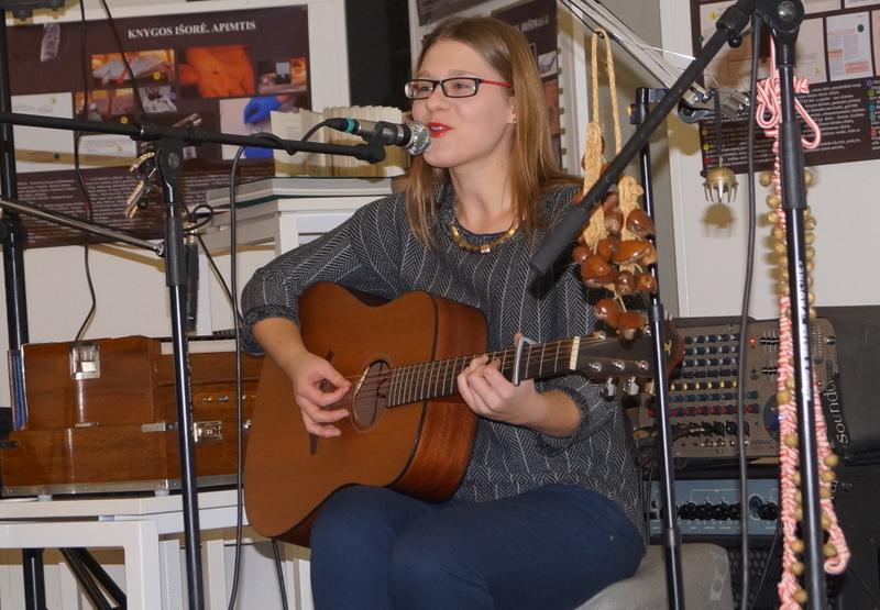 Groja ir dainuoja Deimantė Kavaliauskaitė.