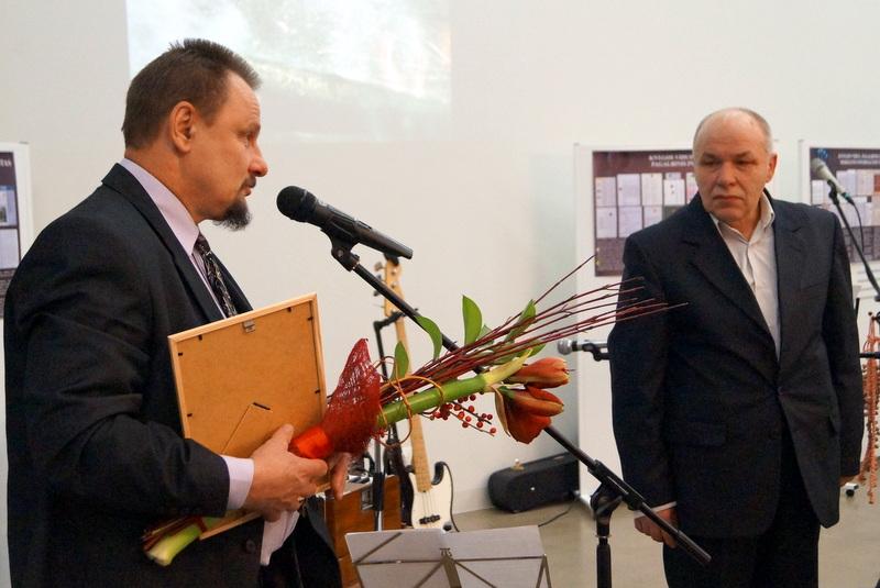Premijos diplomą laureatui G. Dabrišiui įteikia meras S. Obelevičius.