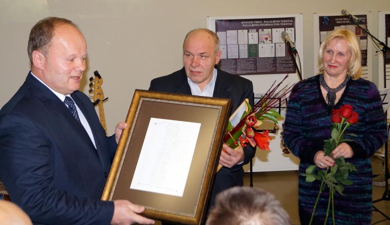 Ketvirtasis A. Baranausko premijos laureatas Gintautas Dabrišius su Anykščių bibliotekos vadovais.