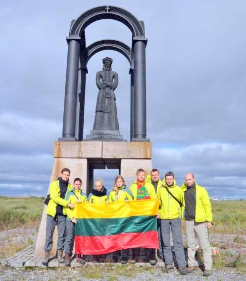Ekspedicijos dalyviai prie paminklo politiniams kaliniams Vorkutoje. Ekspedicijos nuotrauka.