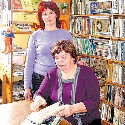 """R.Jakeliūnienė (sėdi) - dažna J.Mameniškienės vadovaujamos bibliotekos lankytoja, moteris save vadina """"pusiau knygneše"""", nes knygomis aprūpina tik savo 93 metus einančią anytą bei vaikaičius. Daivos Baronienės nuotrauka"""