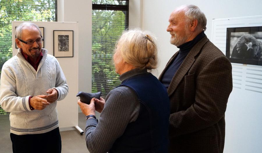 Bronius Šablevičius Anykščių bibliotekoje, pristatęs savo parodą. 2016 m.
