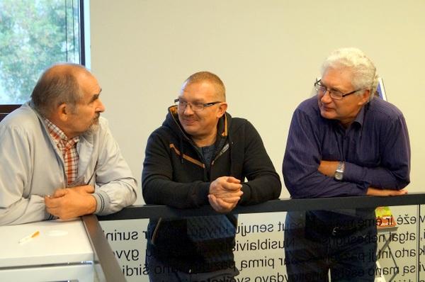 Anykščių fotografai A. Janušis, A. Aviža ir A. Motiejūnas susitikime su kolega.