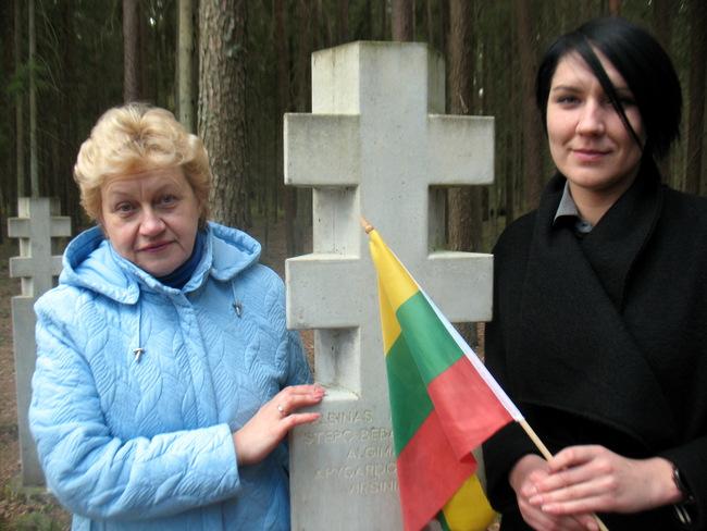 Ties tyliu paminklu susimąstė gimnazistų vadovės istorijos mokytojos Daiva Žemaitienė ir Sandra Gaučiūtė.