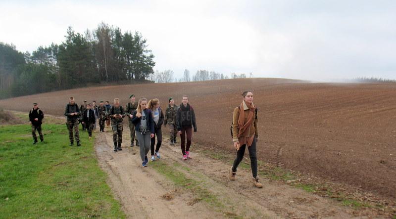 Jaunieji šauliai ir gimnazistai: smagu ir prasminga keliauti laisvos tėvynės keliais bei istoriją ir laisvės gynėjus prisiminti.