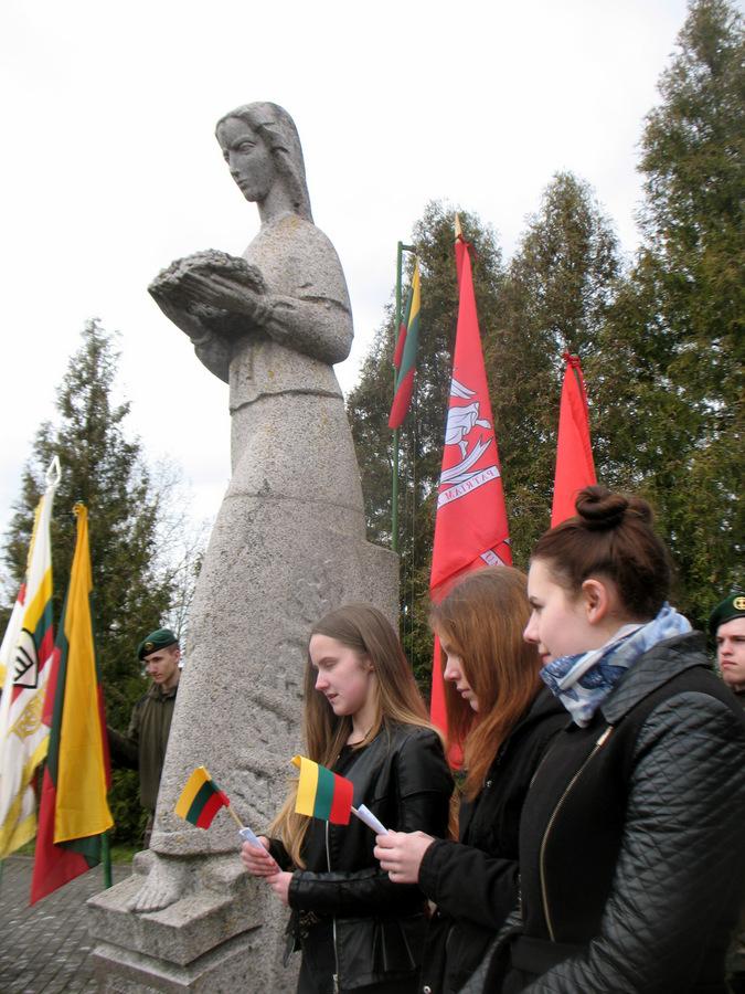 Partizanų eiles skaito Debeikių pagrindinės mokyklos moksleivės Augustė Leonavičiūtė, Laura Mozūraitė ir Ugnė Kisieliūtė.