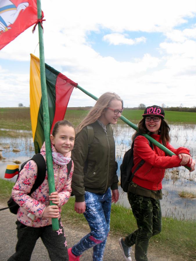Didysis smagumas, didysis jaudulys – nešti tautos vėliavas. Džiaugsmingosios debeikietės: Luknė Vaitenkovaitė, Ada Linartaitė ir Gabija Dagytė.