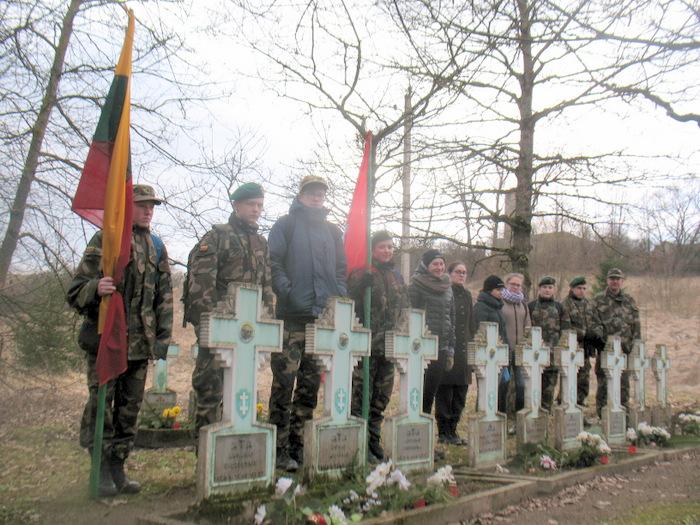 Tylios maldos minutė Kavarsko partizanų atminties parke.