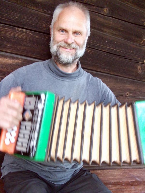 Audrius Daukšas ne tik pasakoja istorijas, bet ir groja armonikėle bei dainuoja Mykoliuko polkutes.