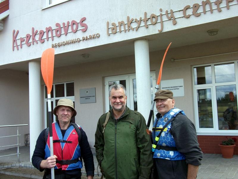 Svėdasiškis tarp svėdasiškių. Krekenavos regioninio parko tarnautojas svėdasiškis Julius Auglys kartu su ekspedicijos dalyviais Algimantu Baronu ir Raimondu Guobiu.