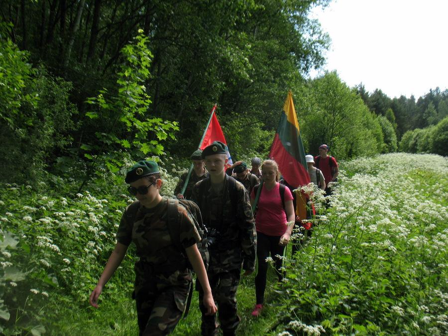 Partizaninės atminties žygeiviai drėgname slėnyje prie Griežos upelio.