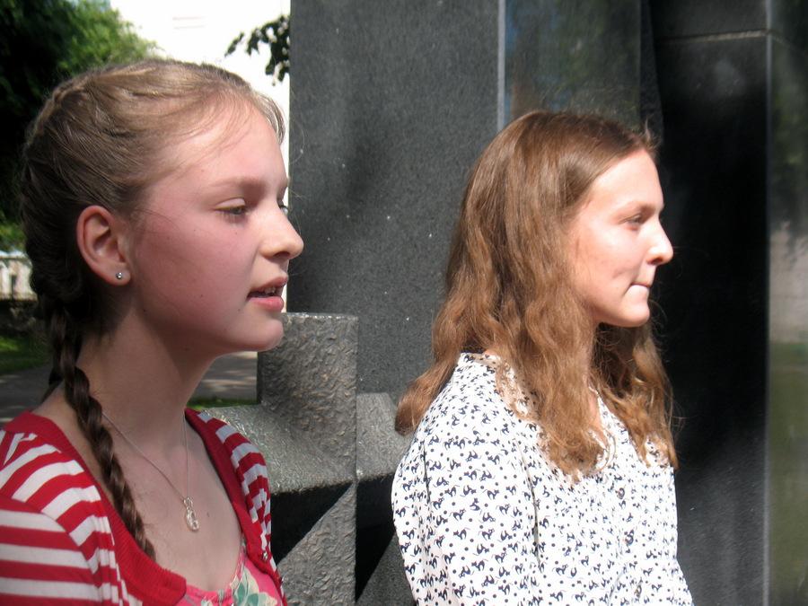 Troškūnų mokinukės Gabrielė ir Ugnė skaitė eilėraščius Tėvynei.