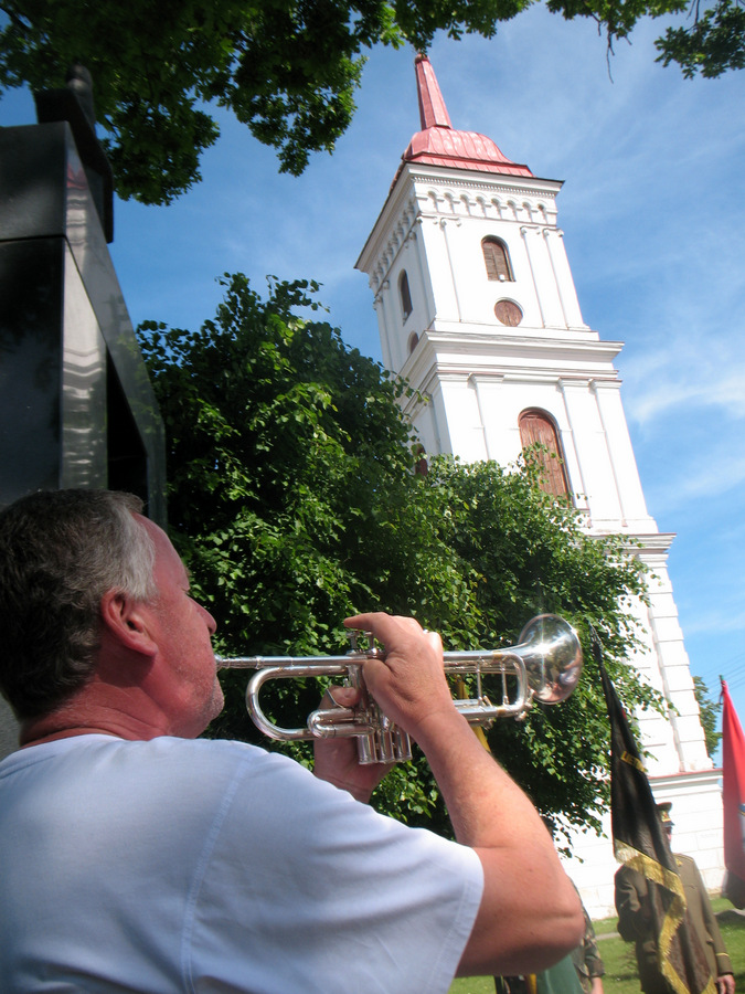 Trimitininkas Kęstutis Grigaliūnas groja tautinę melodiją Šarūnui ir jį atmenantiems.