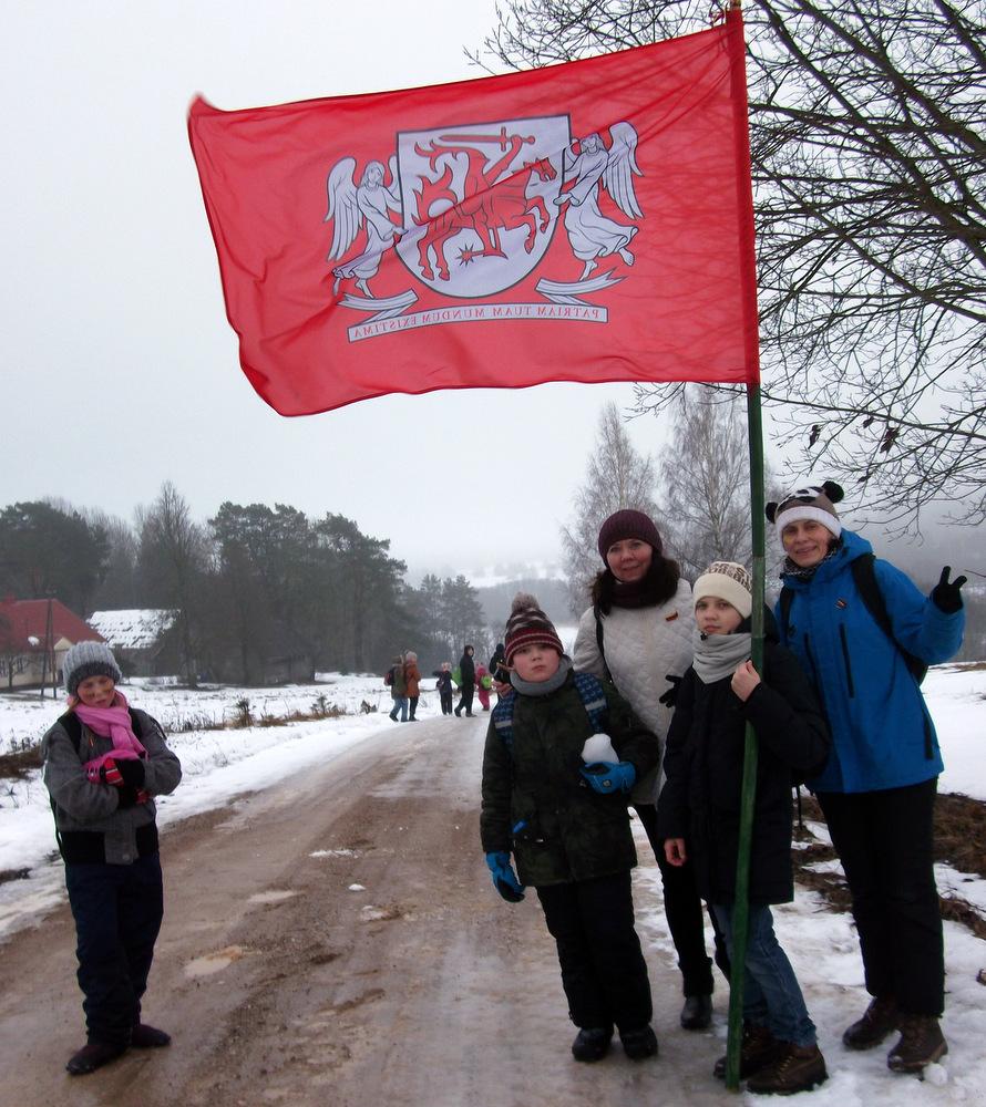 Didžių žygių palydovė karališkai raudona Aukštaitijos vėliava.