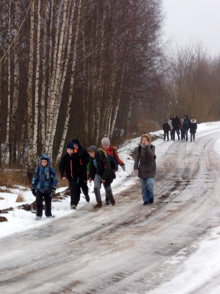 Šaunieji Debeikių mokinukai, besileidžiantys į paslaptingą Nevėžos ežero slėnį.