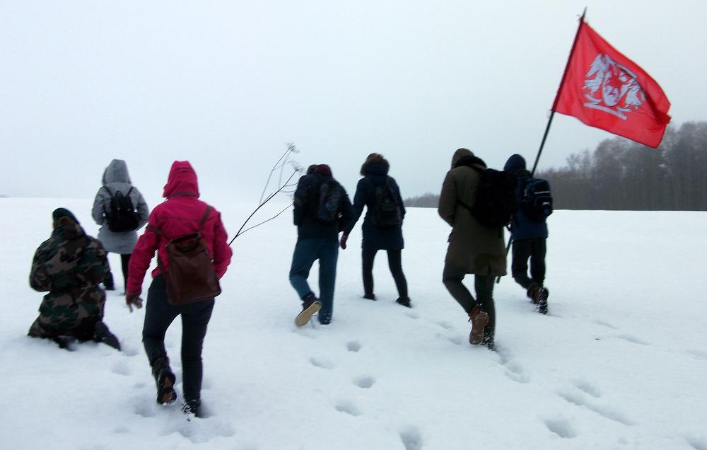 Auštant laisvės dienos rytui ant aukščiausių Anykščių krašto kalvų vėliavą kėlė Jono Biliūno gimnazijos gimnazistai.