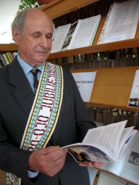 Svėdasiškių pagarbos juosta perjuostas, pagarbiai pasveikintas aštuonių dešimčių metų jubiliatas Algimantas Indriūnas.