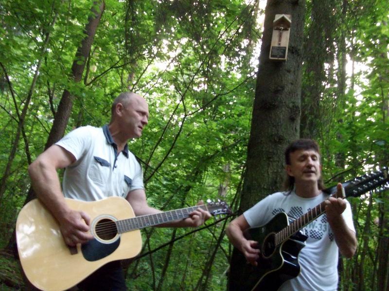 Algimanto apygardos partizanams dainuoja du Algimantai.