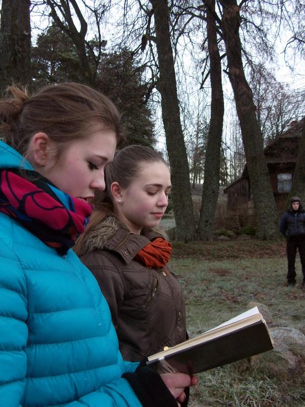 Eiles apie sostinę Vilnių skaito sesės Rūta ir Ineta Kruopytės.