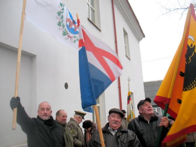 Šaunieji vėliavnešiai. Iš kairės: Saulius Rasalas iš Anykščių, Antanas Zabiela iš Andrioniškio ir Antanas Jankauskas iš Troškūnų.