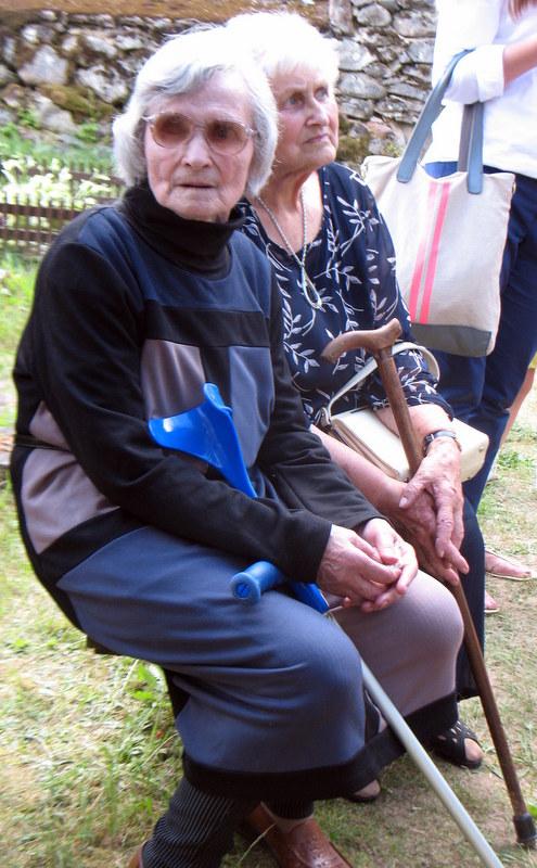 Emociškai ir istoriškai svarbus partizanų artimųjų žodis. Iš kairės: Jono Janukėno sesuo Julija Medžiuolienė ir Jono Biliūno-Žolyno dukra Julija Kaminskienė.